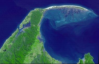 plano de marea (o marisma) desarrollan dentro de una bahía, detrás de la barra de arena que delimita que el mar abierto. Nueva Zelanda (Isla Sur). Soportar los tres típica de un plano zonas de marea: sopratidale (la tira surgido de verde colonizado por la vegetación en los hombros banco de arena); intermareal (entre los niveles alto y bajo de la marea, en el que se desarrollan la mayor parte de los canales excavados por el reflujo de las mareas y el flujo); submareal (sumergidos de forma permanente, la zona de baja profundidad con la morfología tabular hacia el interior de la bahía, azulada en la foto).